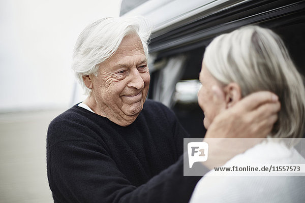 Liebevolles Seniorenpaar von Angesicht zu Angesicht