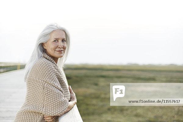 Portrait selbstbewusste Seniorenfrau am Steggeländer