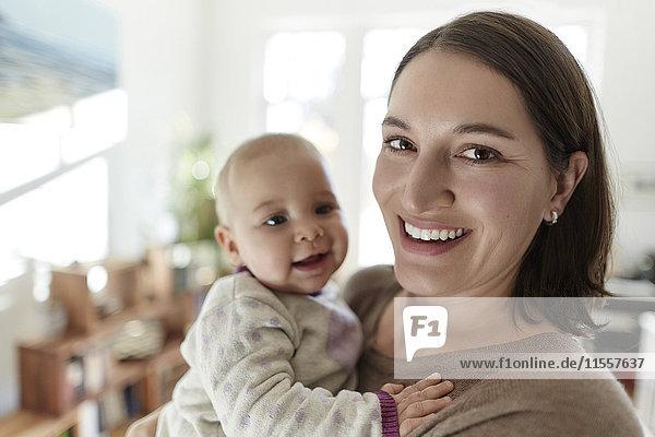 Portrait lächelnde Mutter und kleine Tochter