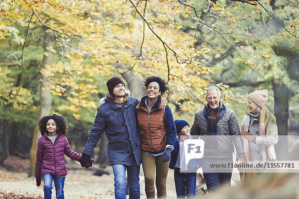 Mehrgenerationen-Familienwanderung im Herbstwald