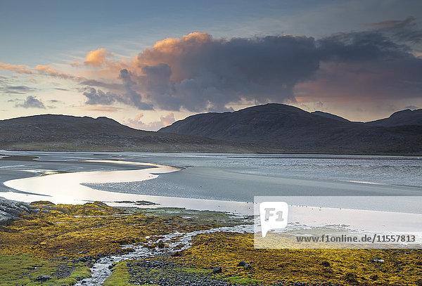 Wolken über ruhigen Bergen und Meer  Luskentyre Beach  Harris  Äußere Hebriden