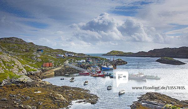 Blick auf Fischerboote im zerklüfteten Hafen  Luskentyre  Harris  Outer Hebrides