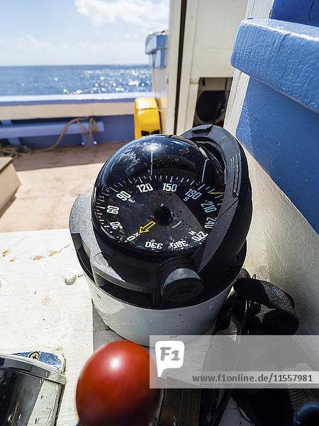 Kompass auf einem Segelschiff