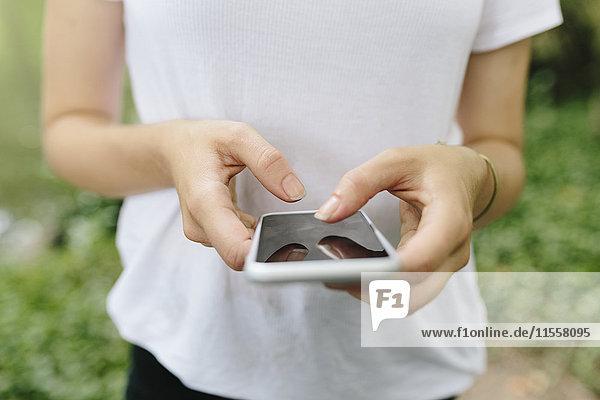 Nahaufnahme einer Frau mit dem Handy