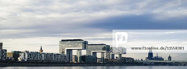 Deutschland  Köln  Blick auf Kranhäuser im Rheinhafen und Kölner Dom im Hintergrund