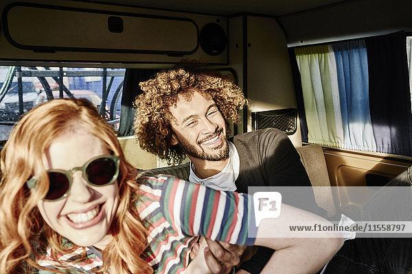Glückliches junges Paar im Van