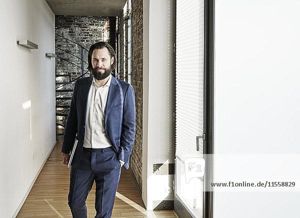 Porträt eines selbstbewussten Geschäftsmannes im Bürogeschoss