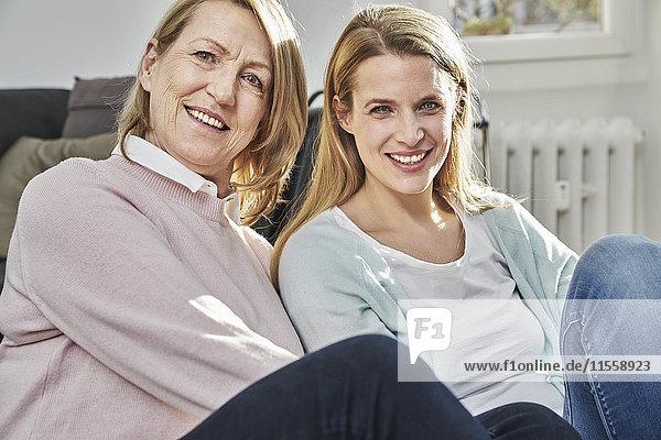 Porträt der lächelnden erwachsenen Tochter und Mutter