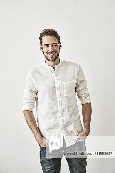Porträt eines lächelnden jungen Mannes