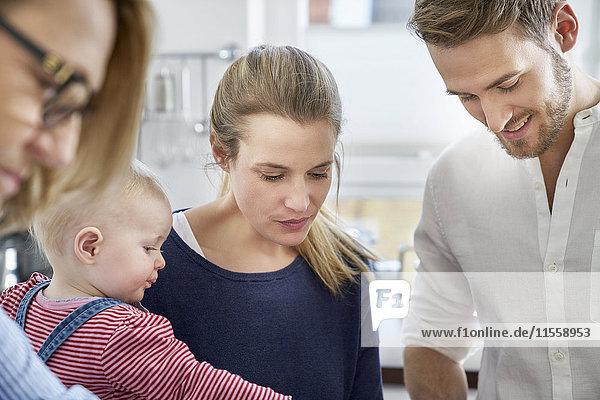 Familie in der Küche mit Blick nach unten