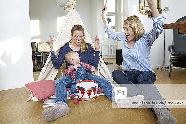Glückliche Großmutter  Mutter und kleines Mädchen beim Spielen zu Hause
