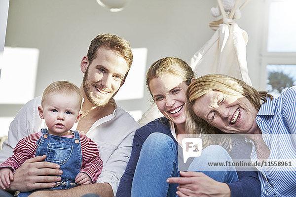 Porträt einer glücklichen Familie mit einem kleinen Mädchen zu Hause