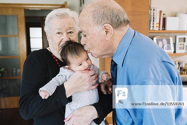 Urgroßeltern mit Baby zu Hause