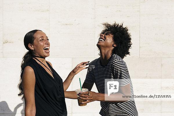 Zwei lachende Freunde