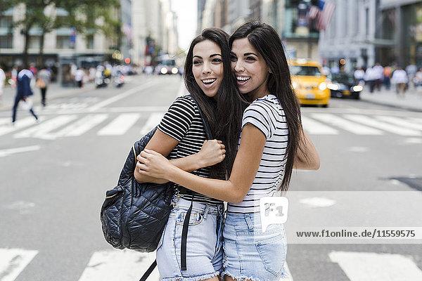 USA  New York City  zwei glückliche Zwillingsschwestern in Manhattan