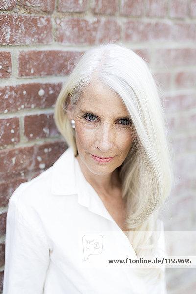 Porträt einer reifen Frau in weißer Bluse
