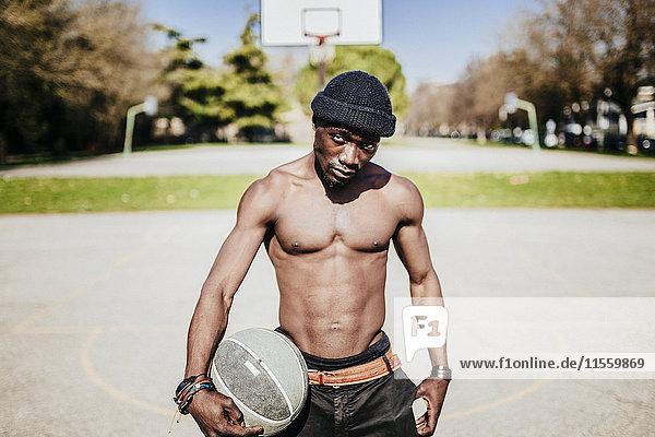 Porträt eines nackten Basketballspielers auf dem Platz