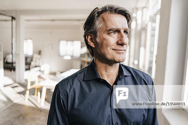 Porträt eines selbstbewussten  reifen Geschäftsmannes