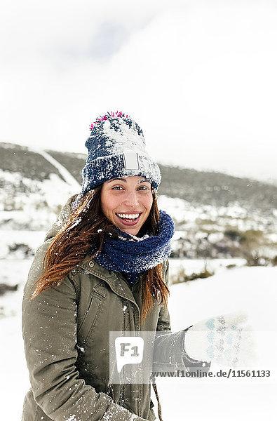Porträt einer schönen Frau mit Schnee bedeckt
