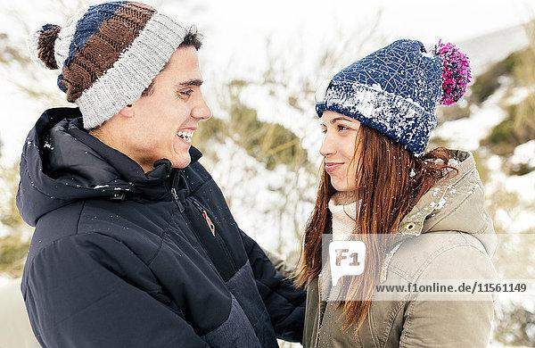 Verliebtes Paar im Schnee stehend