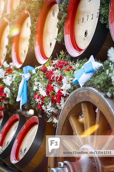 Deutschland  Bayern  München  Holzfässer auf dem Wagen beim Oktoberfest Deutschland, Bayern, München, Holzfässer auf dem Wagen beim Oktoberfest