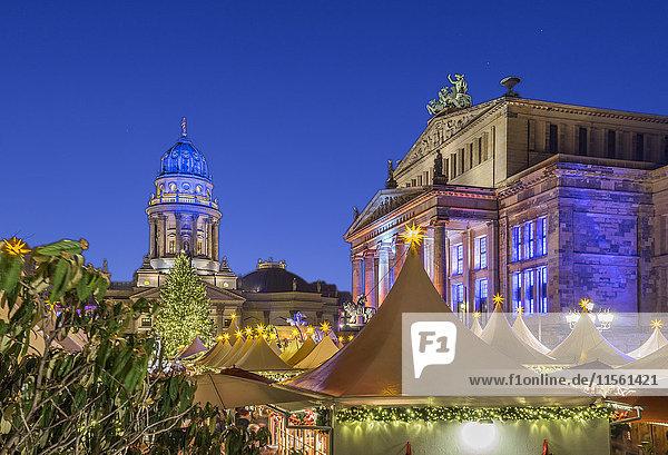 Deutschland  Berlin  Weihnachtsmarkt am Gendarmenmarkt bei Nacht
