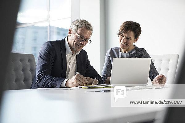 Geschäftsmann und Geschäftsfrau bei der Zusammenarbeit im Büro