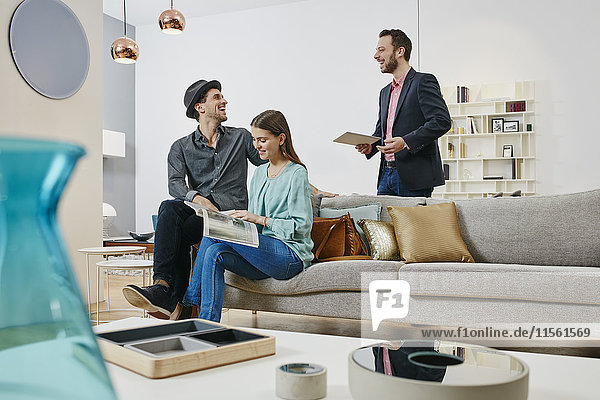 Paar im Gespräch mit dem Verkäufer im Möbelhaus Paar im Gespräch mit dem Verkäufer im Möbelhaus