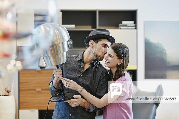 Paar im Möbelhaus bei der Wahl der Lampe Paar im Möbelhaus bei der Wahl der Lampe