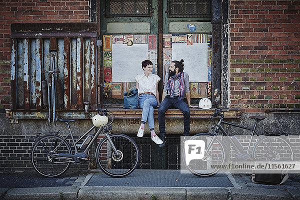 Paar mit Elektrofahrrädern