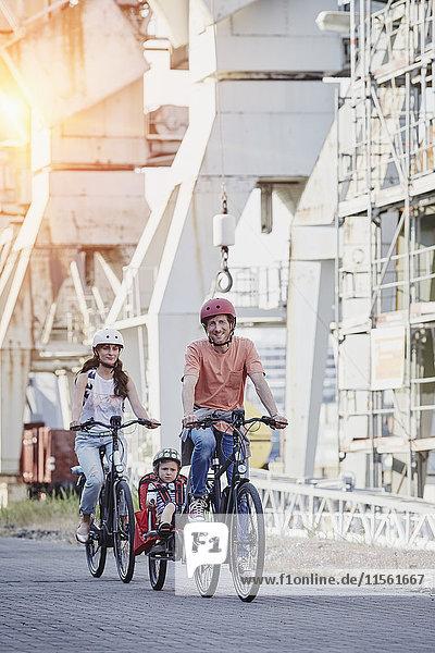 Deutschland  Hamburg  Familie auf E-Bikes am Hafen