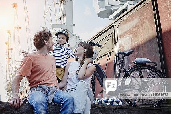 Deutschland,  Hamburg,  Familie bei einer Radtour am Hafen