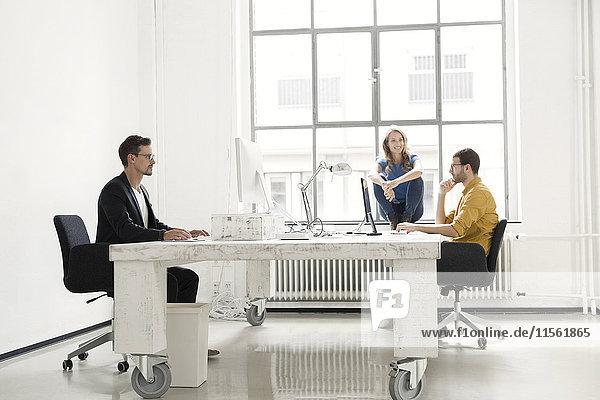 Kollegen im Büro sitzend
