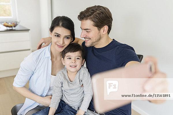 Glückliche Familie mit einem Selfie zu Hause