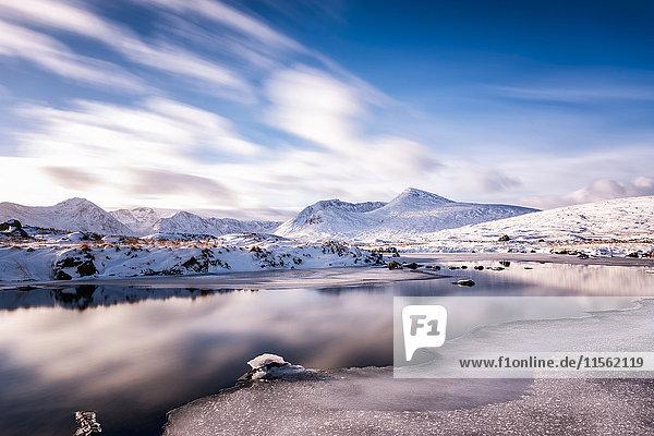 UK  Schottland  Rannoch Moor  Loch Ba und Black Mount Mountain Range im Winter