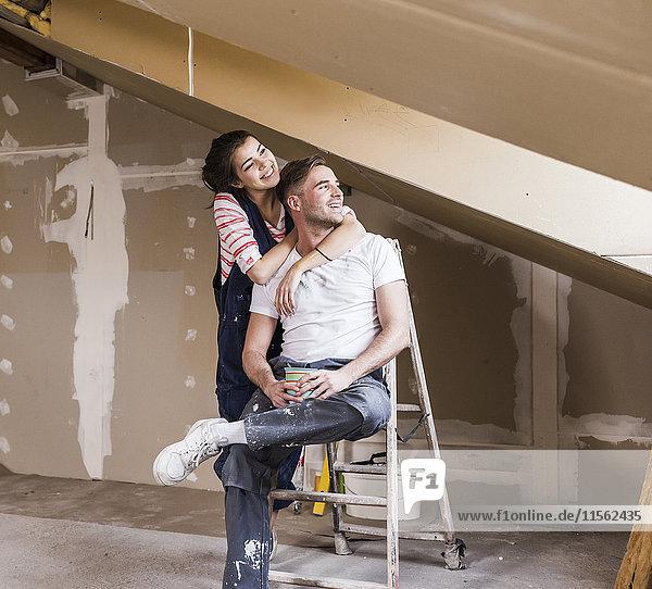 Junges Paar auf der Baustelle seines neuen Zuhauses