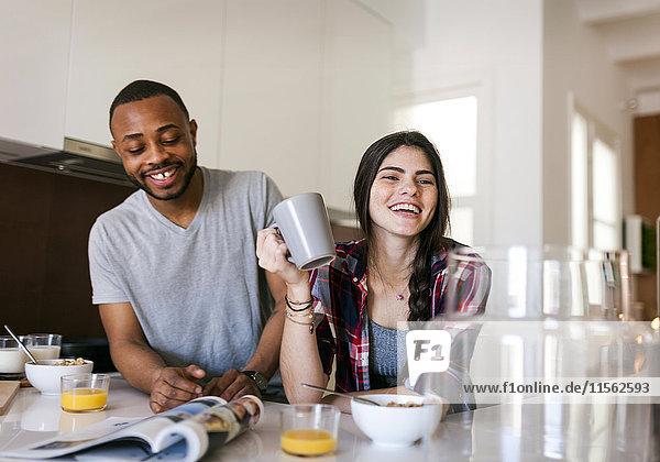 Junges Paar beim Frühstück in der Küche