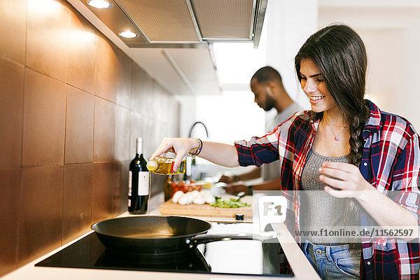 Junges Paar beim gemeinsamen Kochen zu Hause