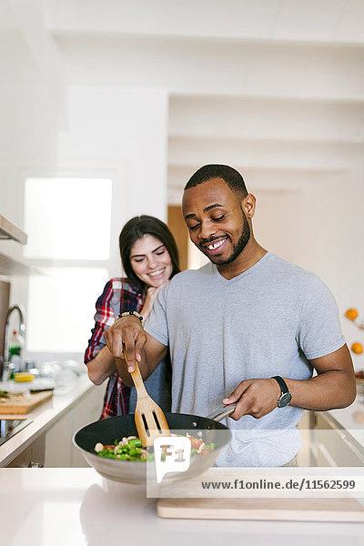 Junges Paar beim gemeinsamen Kochen zu Hause Junges Paar beim gemeinsamen Kochen zu Hause