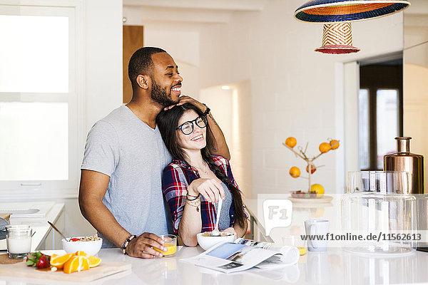 Junges Paar beim Frühstück in der Küche Junges Paar beim Frühstück in der Küche