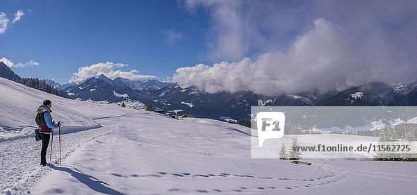 Österreich  Kleinwalsertal  Frau auf Hochtour im Winter