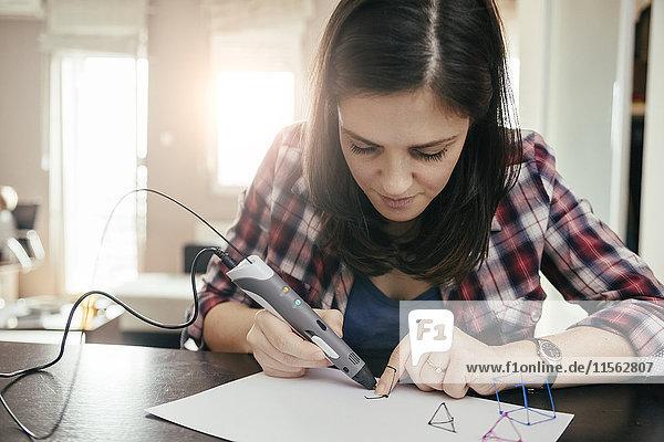Junge Frau beim Zeichnen mit 3D-Stift