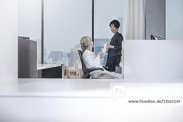 Zwei Frauen sprechen im Stadtbüro