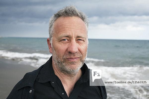 Spanien  Porträt eines älteren Mannes  Horizont über dem Meer im Hintergrund