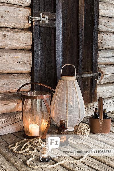 Schweden  Holzterrasse mit Kerzen und Laternen