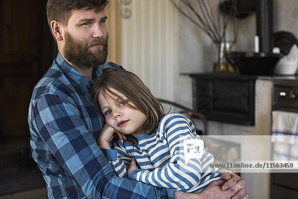 Schweden  Porträt des Vaters  der die Tochter (4-5) in der Küche umarmt