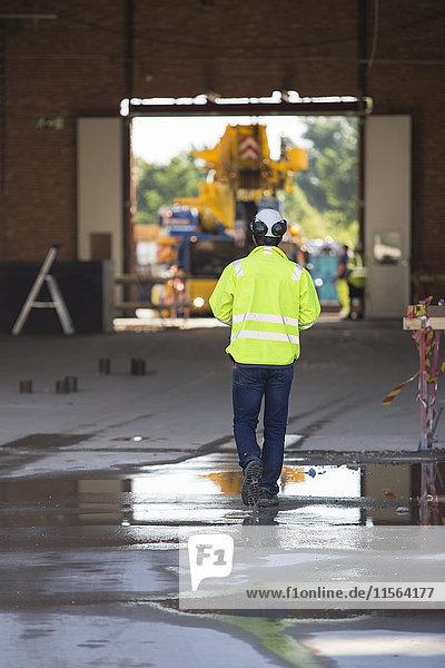 Schweden  Mann auf der Baustelle