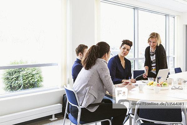 Schweden  Jugendliche tauschen sich während der Vorstandssitzung aus
