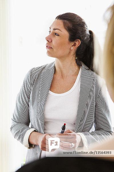 Schweden  Elegante Frau während der Vorstandssitzung