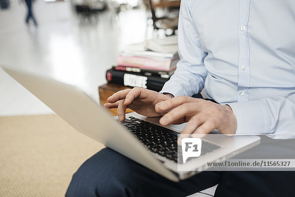 Deutschland  Mann beim Tippen auf der Tastatur